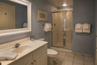 hilton-head-island_resort_waterside_5200-building_interior_3-bedroom_bathroom_600X400_nov-2016