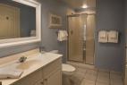 hilton-head-island_resort_waterside_5200-building_interior_3-bedroom_bathroom_600X400_nov-2016
